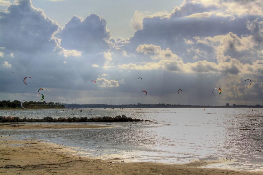 Kitesurfer am Strand in Stein an der Ostsee