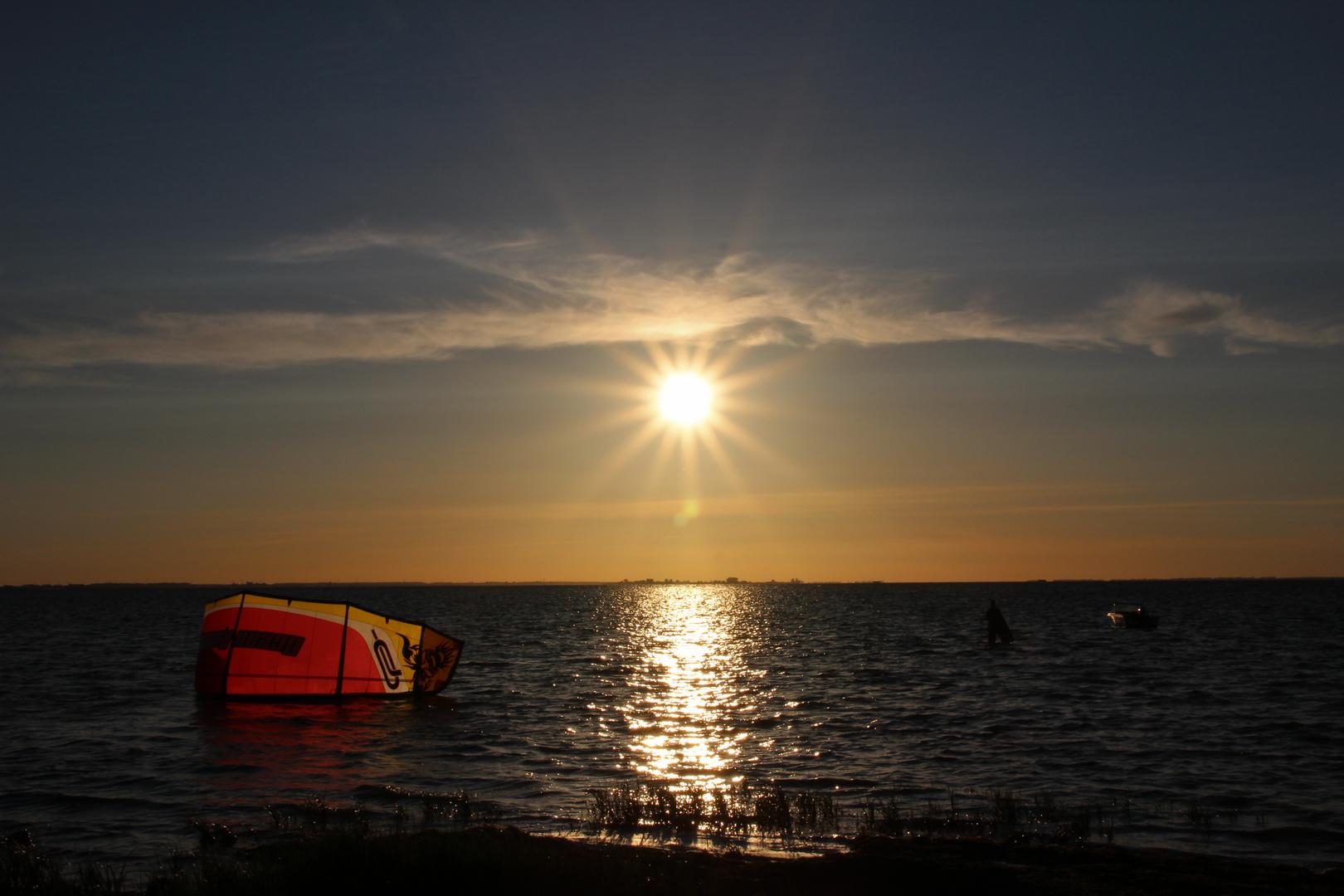Kitesurfer im Sonnenuntergang