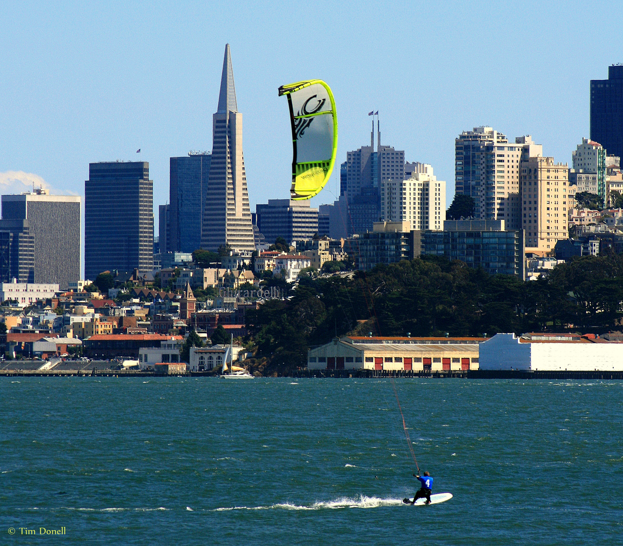 Kitesurfer vor der Skyline von San Francisco