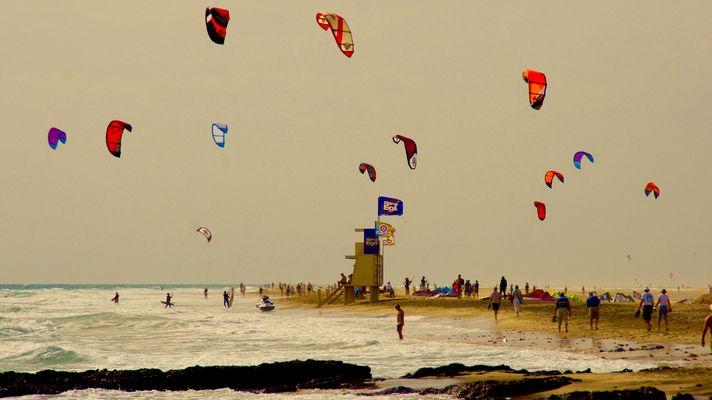 Kitesurfschirme füllen den Himmel an der Playa de La Barca