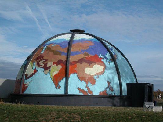 Klangkuppel Landesgartenschau Trier 2004, die Welt gemalt durch Jugendliche