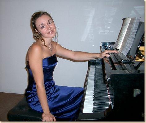 Klavier mit strahlendem Gesicht ...