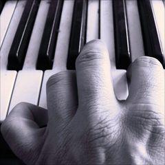 Klaviere klingen nur nach der Berührung…sonst sind sie Stumm!!!