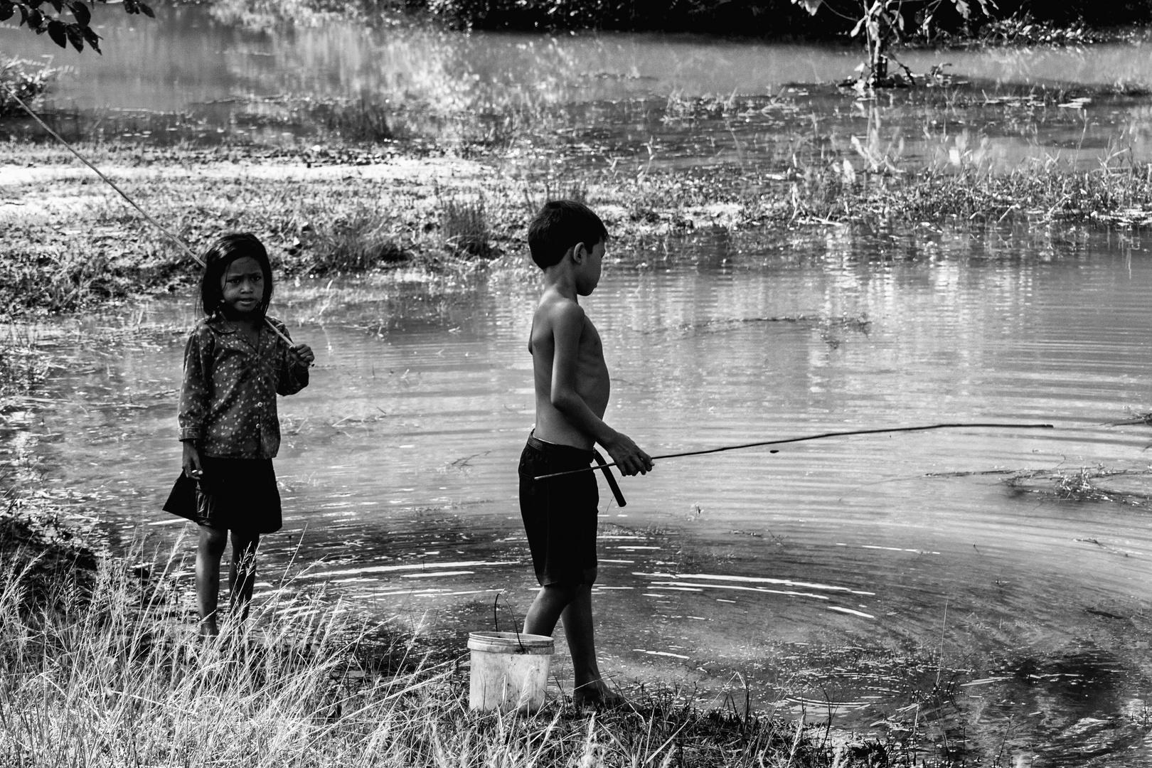 Kleine Angler bei der Sre Talay Brücke