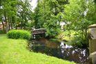 kleine Brücke über einem Bach