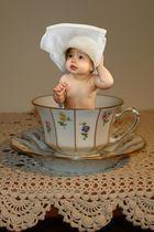 Kleine Dame in großer Tasse...