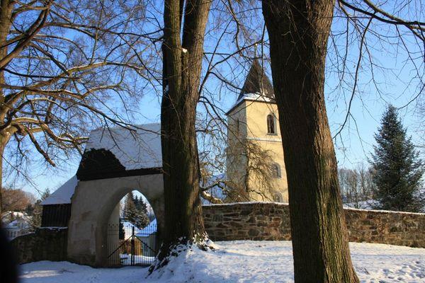 Kleine Dorfkirche im Winter