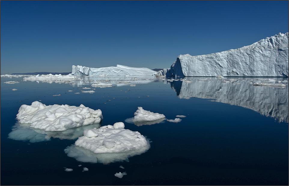 kleine eishügel und riesige eisberge