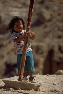 kleine Havasupai-Indianerin beim Touri-Gucken