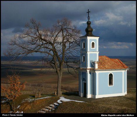 Kleine Kapelle unter den Wolken