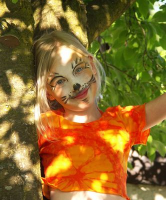 kleine Löwin im Baum