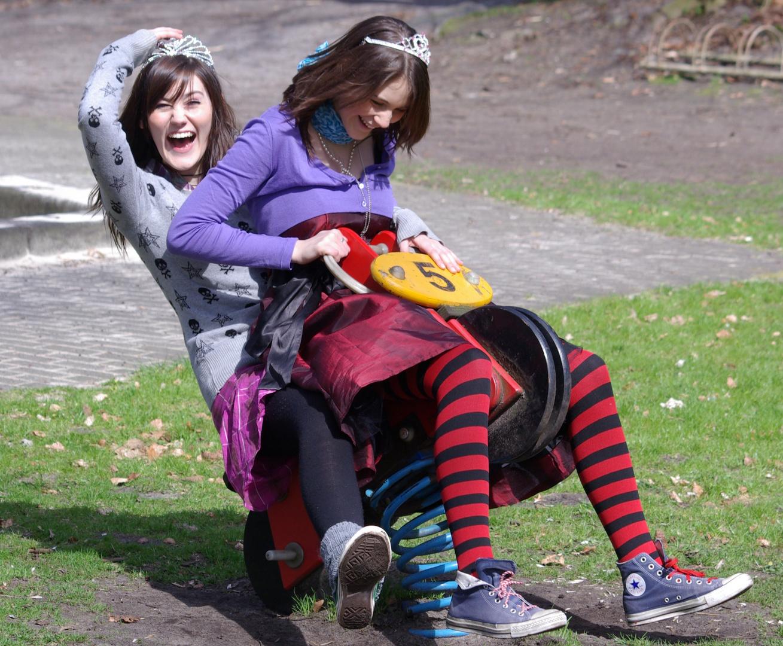 kleine Mädchen auf dem Spielplazt