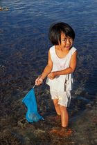 Kleine Philippina beim Sammeln von Seeigeln