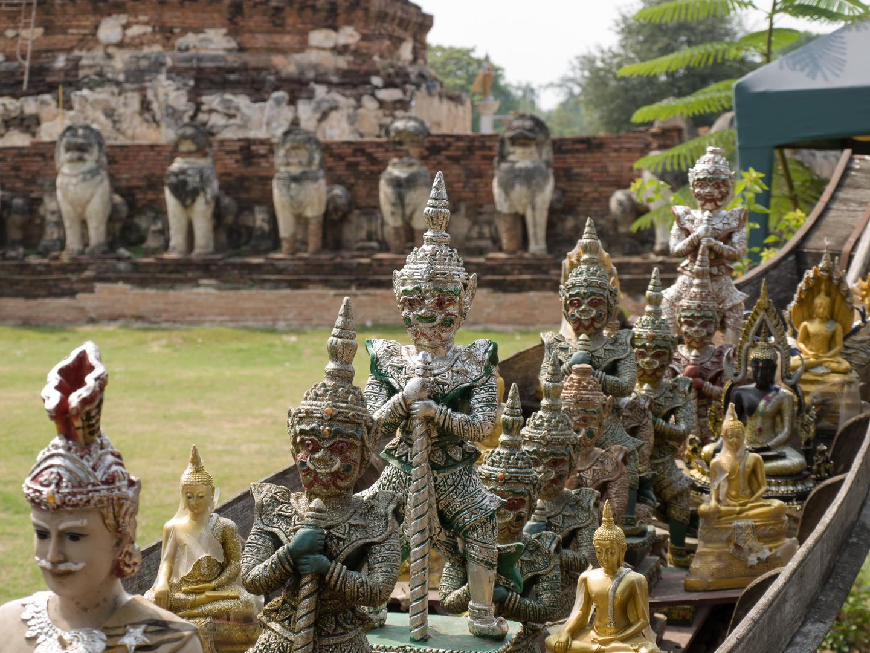 Kleine Tempelfiguren in Long Tail Boot