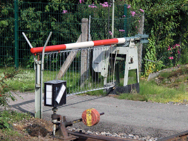 Kleiner beschrankter Bahnübergang