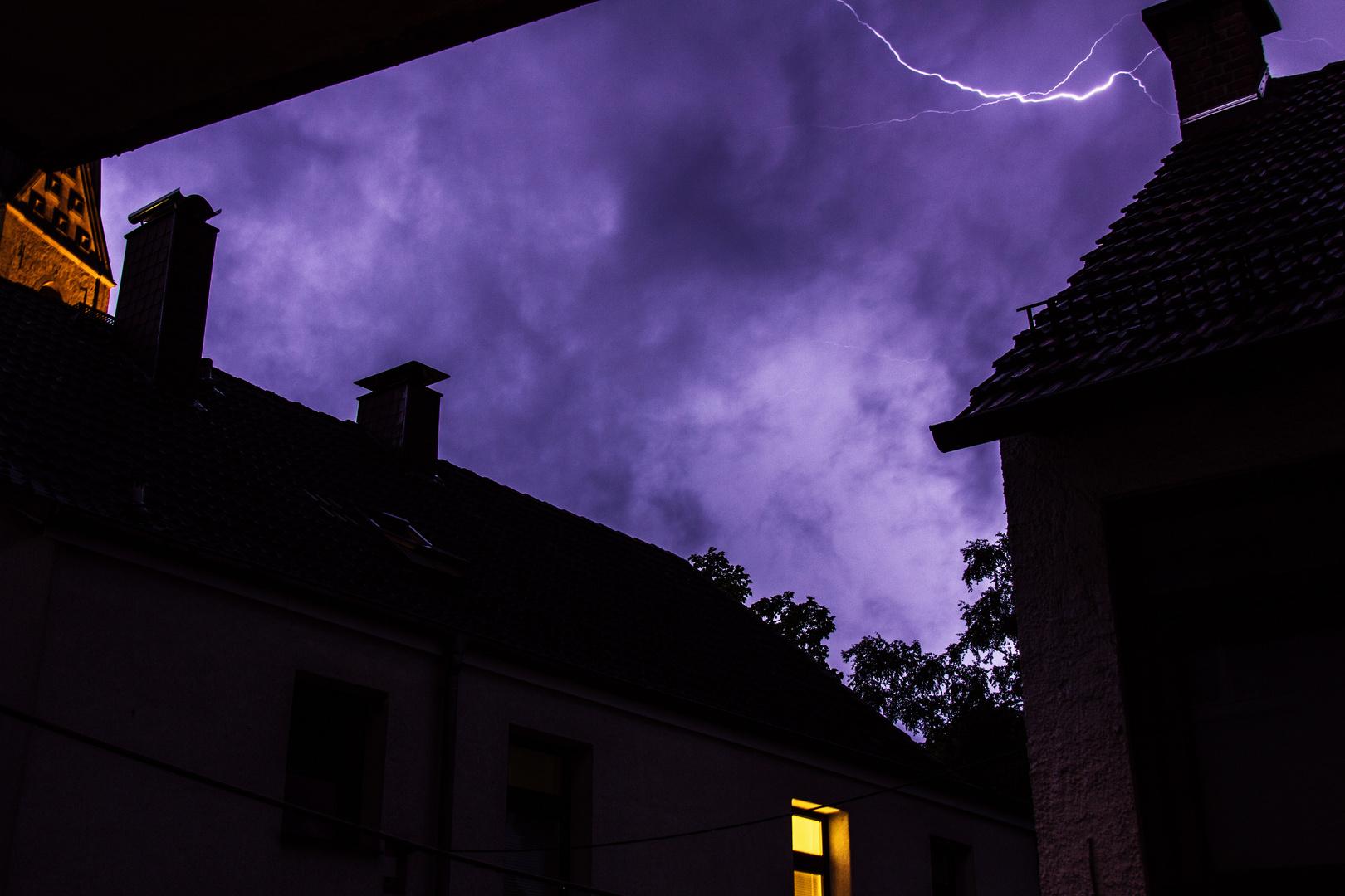 kleiner Blitz in großem Unwetter