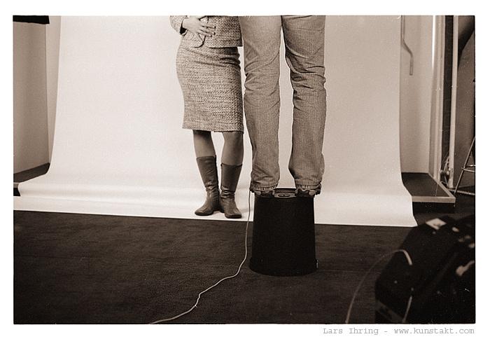 kleiner fotograf auf mülleimer fotografiert großes model von Lars Ihring III