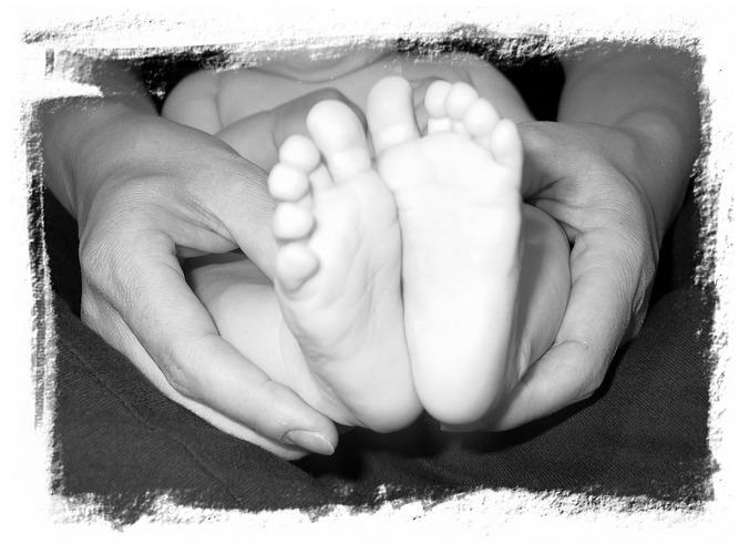 kleiner Fuß in großer Hand