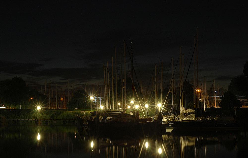 kleiner Hafen in der Nacht