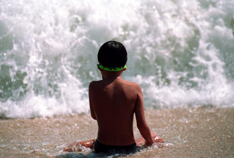 kleiner Junge - grosse Welle