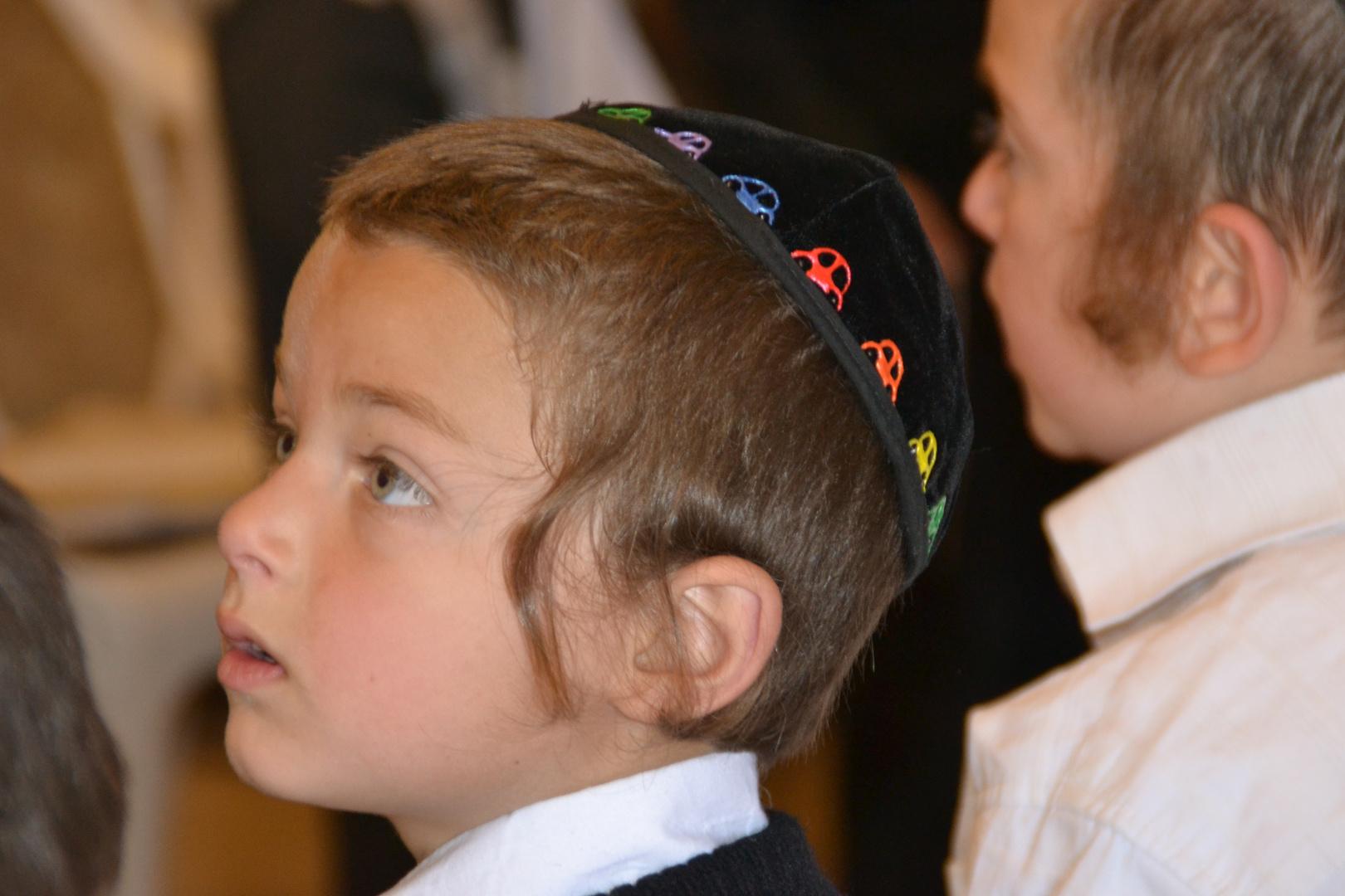 Kleiner Junge in Thora Schule