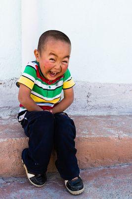 Kleiner lachender Kirgise...
