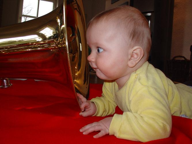 Kleiner Mann mit Tuba