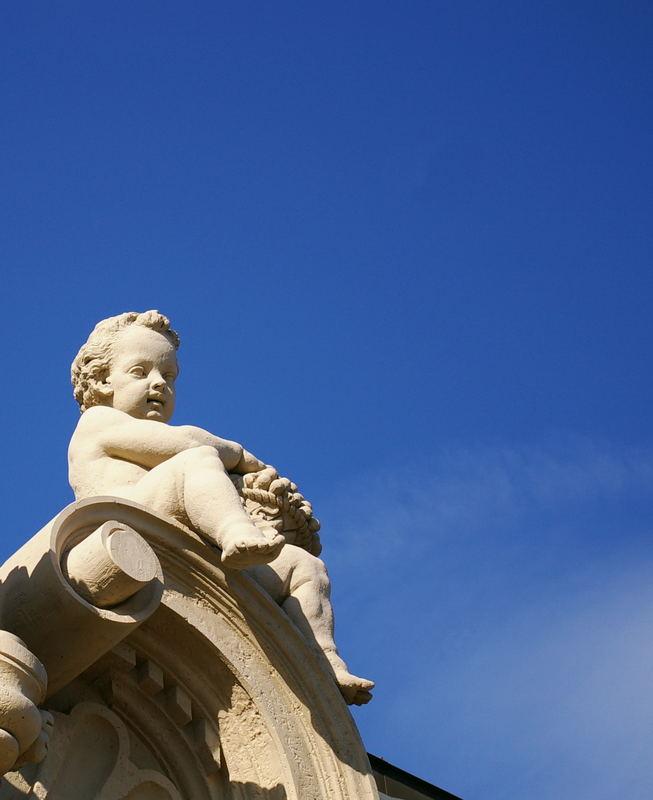 Kleiner Mann unter blauem Himmel