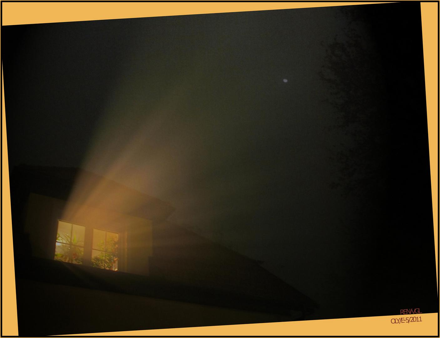 Kleiner Mond bei Nacht und Nebel