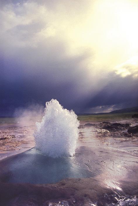 """Kleiner Nebenausbruch des """"Strokkur"""" (Island) im Gegenlicht"""