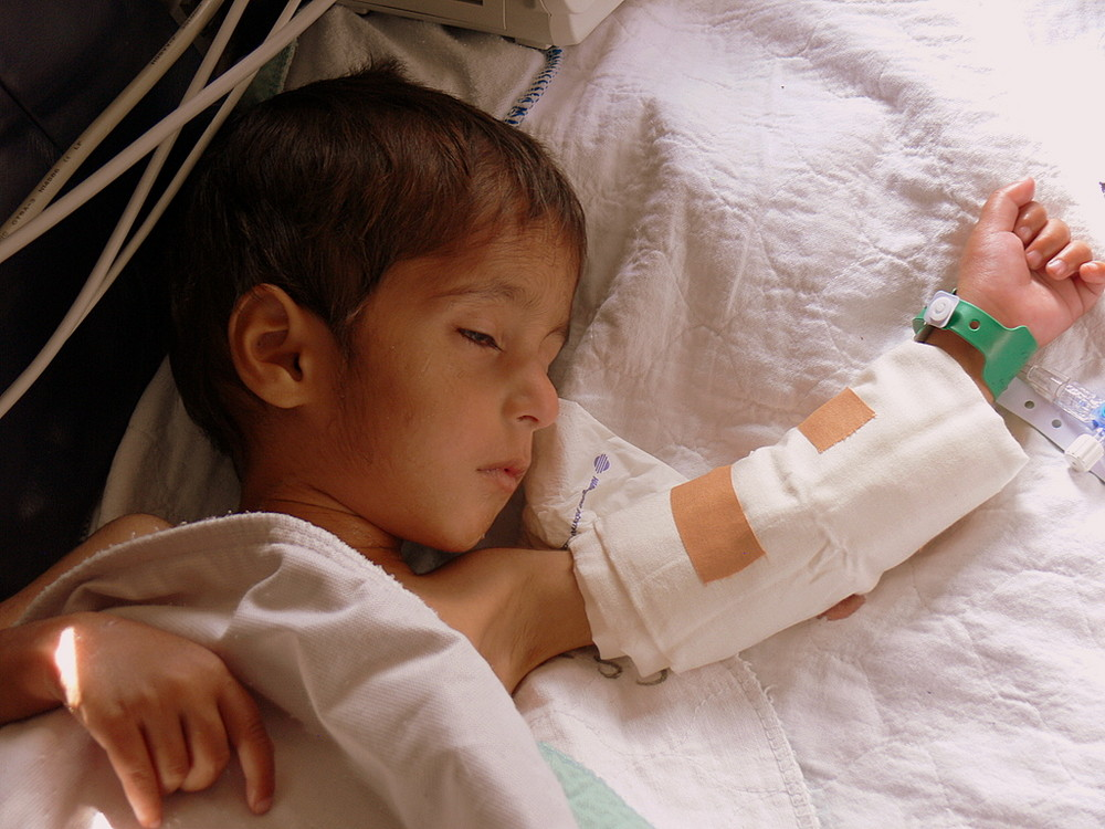 kleiner Patient der Luftbrücke Hamburg - Kabul im Oktober 2007