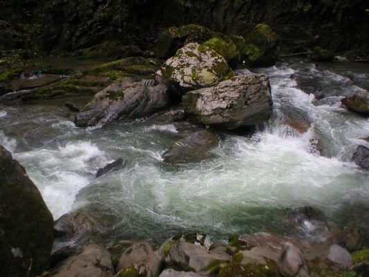 Kleiner Stein hält großen Felsen.