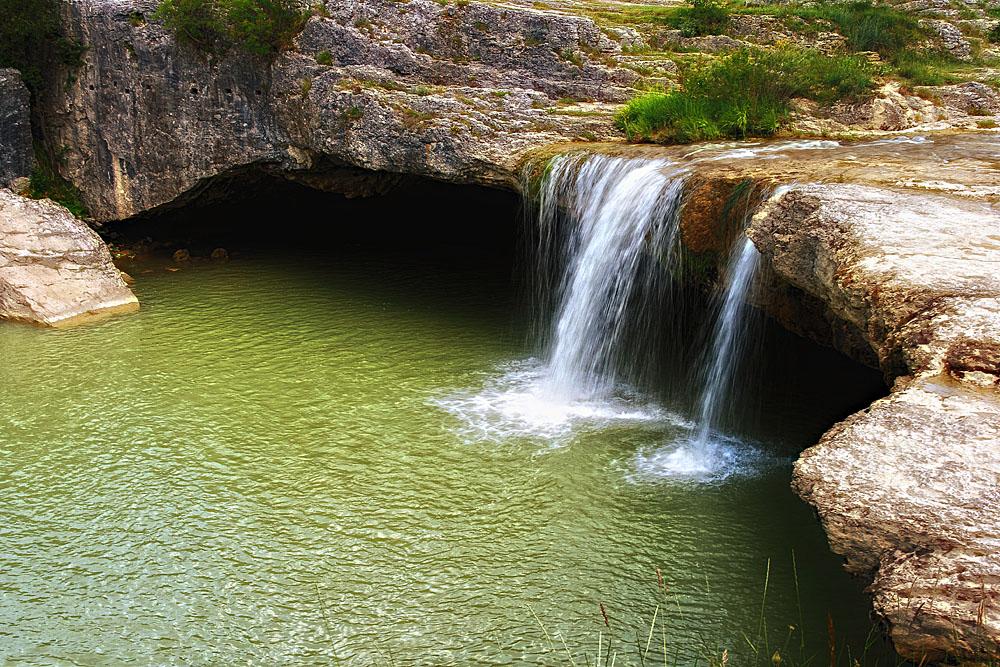 Kleiner versteckter Wasserfall bei Pazin, Kroatien