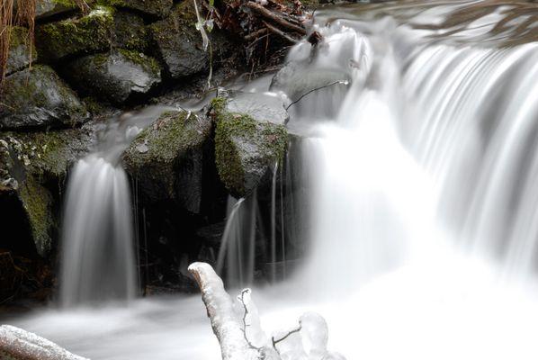 Kleiner Wasserfall im Winter Bild zwei