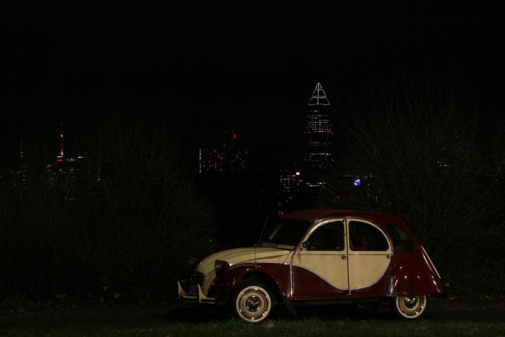 Kleines Auto in der großen Stadt