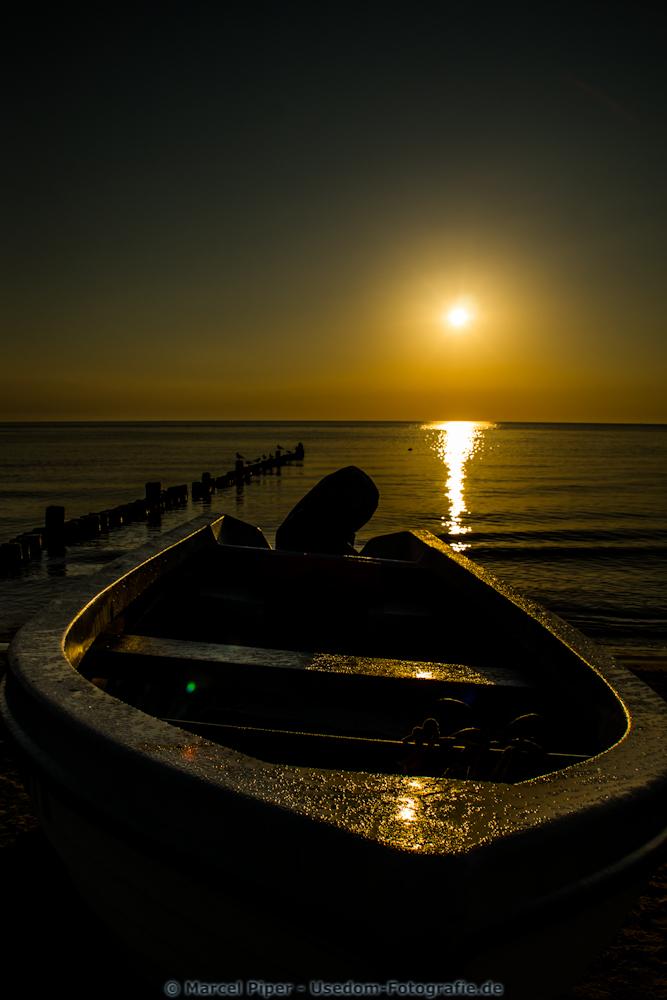 Kleines Fischerboot am Strand von Bansin bei Sonnenaufang