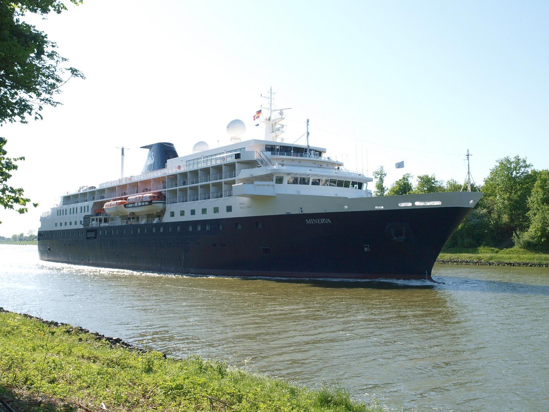 Kleines Kreuzfahrtschiff MINERVA auf dem Nord-Ostsee-Kanal