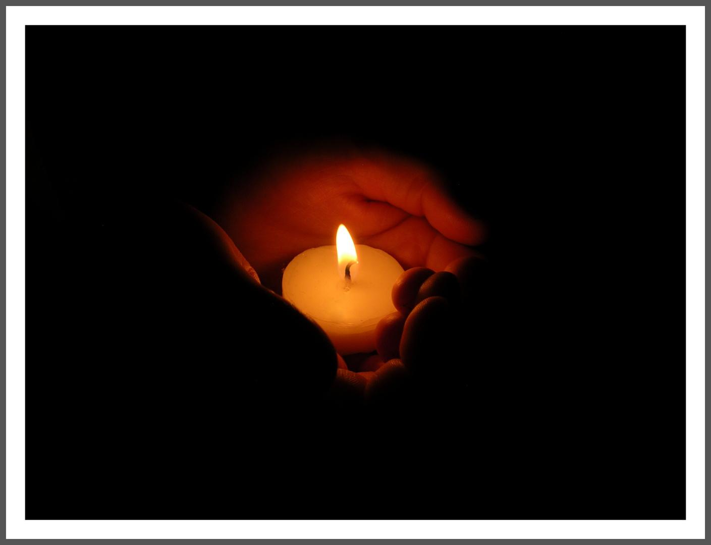Kleines Licht in kleinen Händen