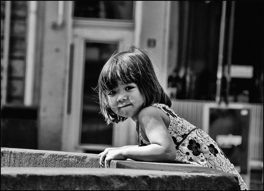 Kleines Mädchen am Brunnen