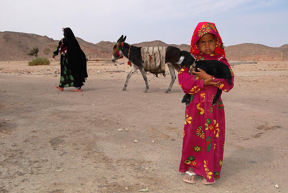 kleines Mädchen in der ägyptischen Sahara