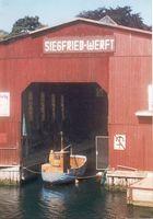 Kleines Schiff in großer Werft