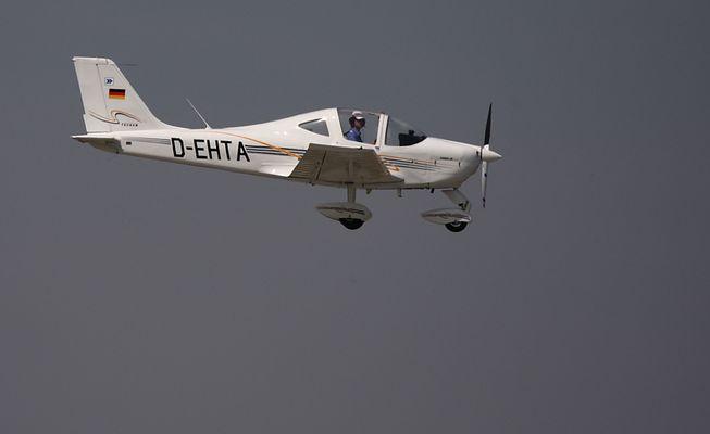 kleinflugzeug beim landen 2