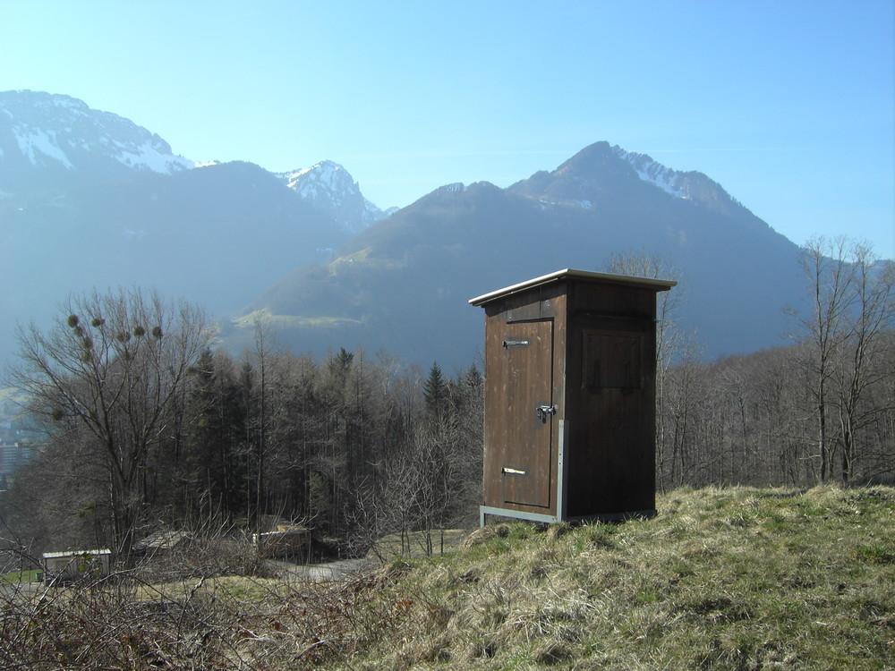 Klo-Häuschen mit Bergsicht.