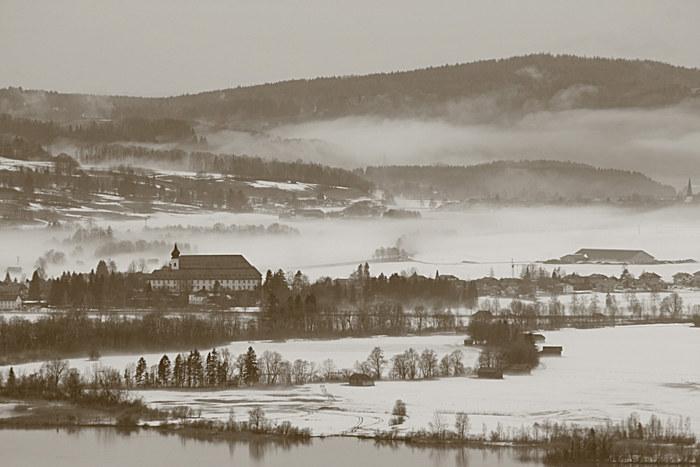 Kloster Benediktbeuern von Nebel umgeben