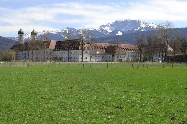 Kloster in Benediktbeuern im Hintergrund die Benediktenwand Ostern 2003