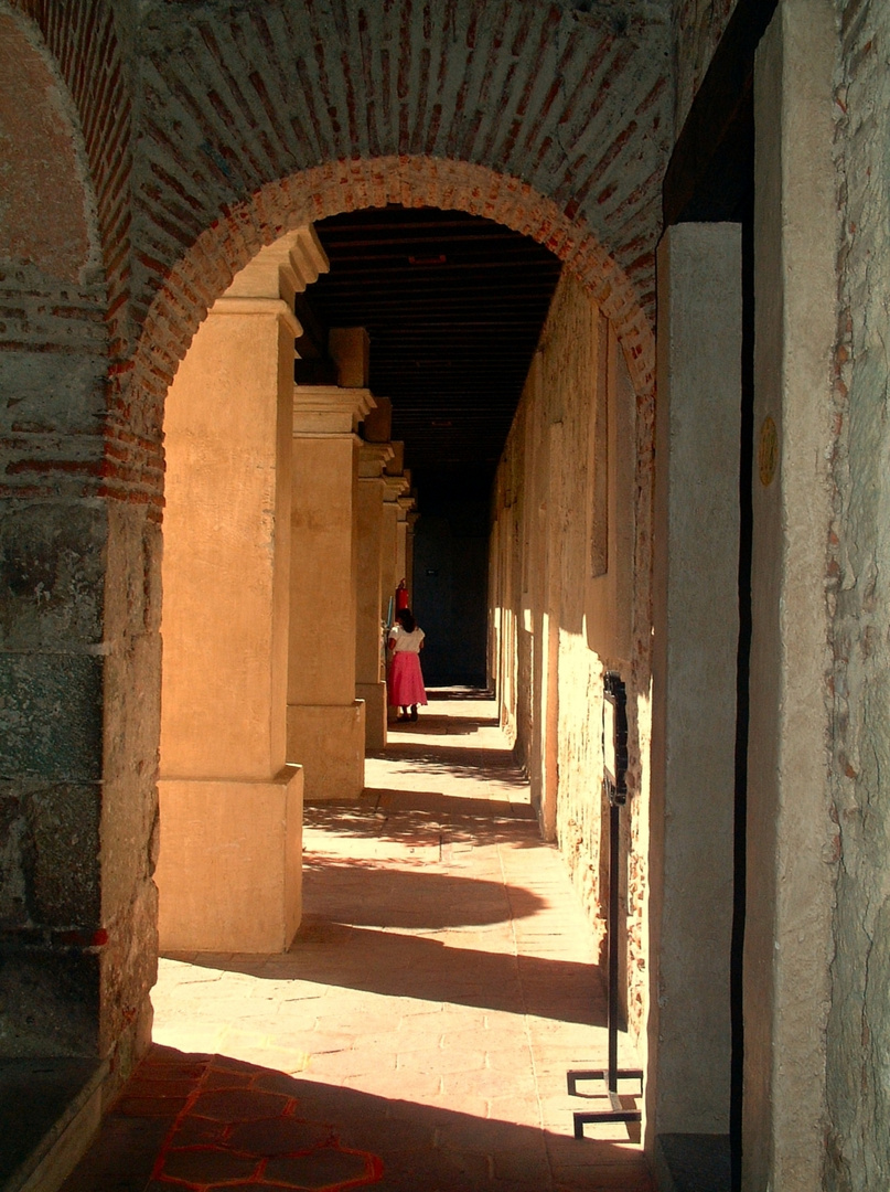 Klostergang mit Frau