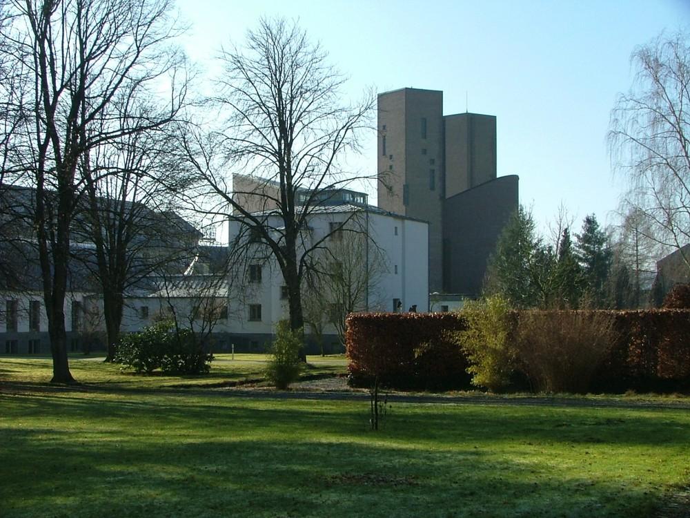 Klosterkirche und Wohnbauten mit Parkanlage