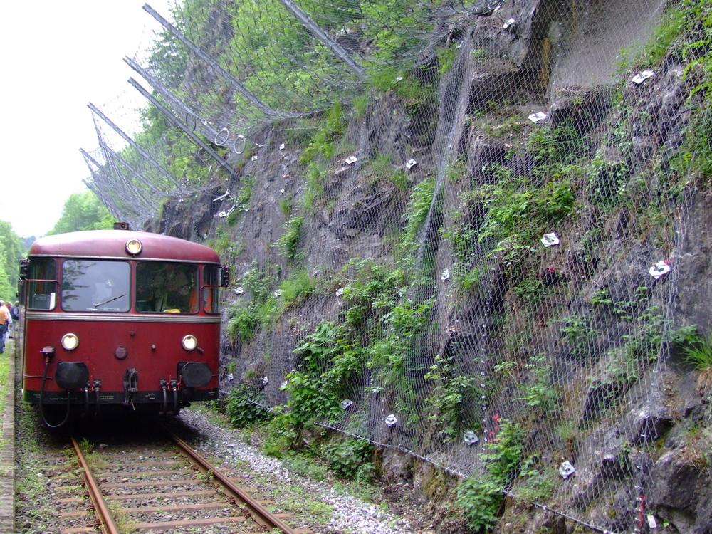 Klusenstein im Hönnetal, Felssicherung über den Schienen.