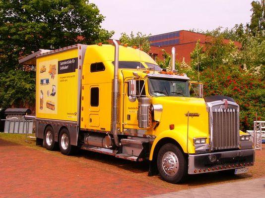 Knallig gelber KENWORTH Truck der Deutschen Post AG