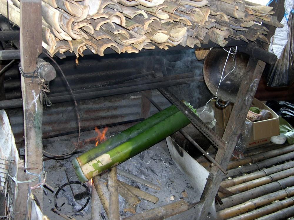Kochstelle im Langhaus auf Borneo